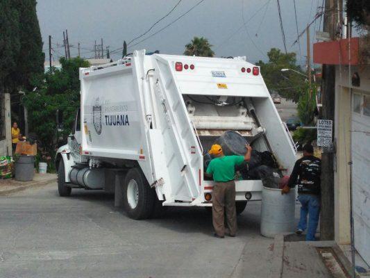Fallece hombre prensado por compactadora de camión de basura