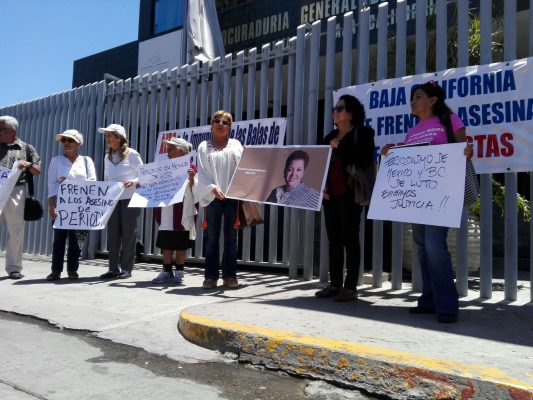 Se manifiestan periodistas en la PGR