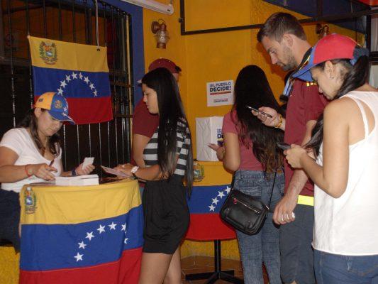 Venezolanos en Tijuana realizan consulta soberana