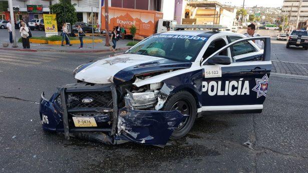 Persona queda prensada en choque contra patrulla