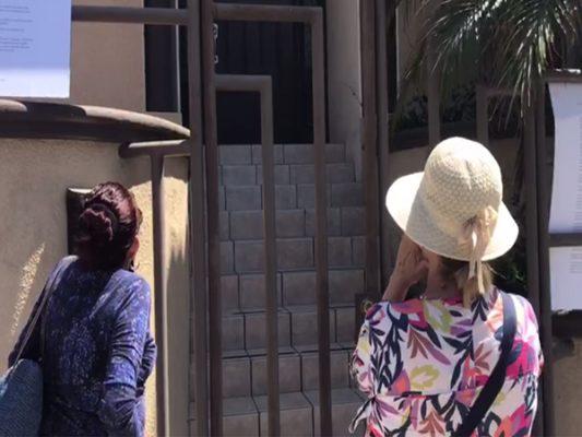 [VIDEO] Protestan en casa de regidor por voto a concesión del alumbrado