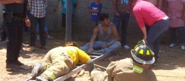 Rescatan a una mujer luego de caer a pozo