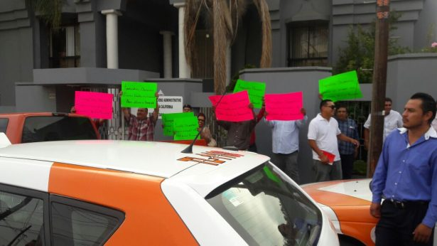 Se manifiestan transportistas a las afueras del Tribunal de lo Contencioso