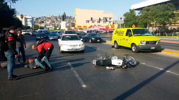 Cierran puente Independencia por choque de motociclista