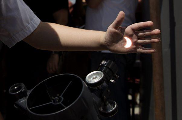 Miles de tijuanenses observaron eclipse solar con telescopios 🔭