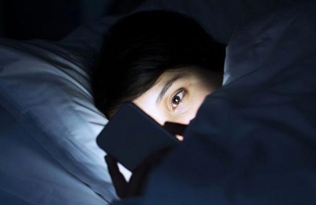Luz de celular y TV afectan sueño y generan agresividad en personas