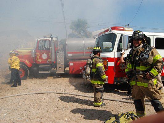 Festejan bomberos  y reclaman salarios