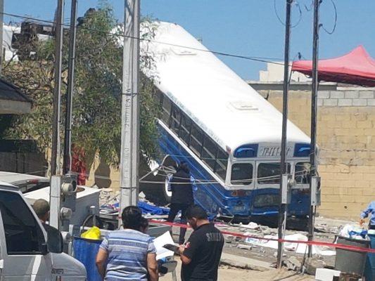 Mata autobús de personal a dos y deja una lesionada