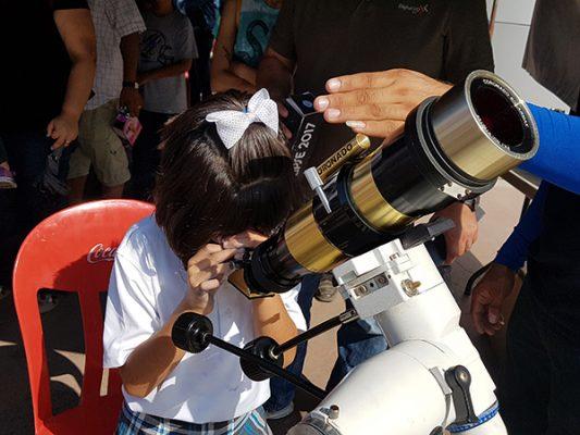Aprecian cientos el Eclipse del siglo