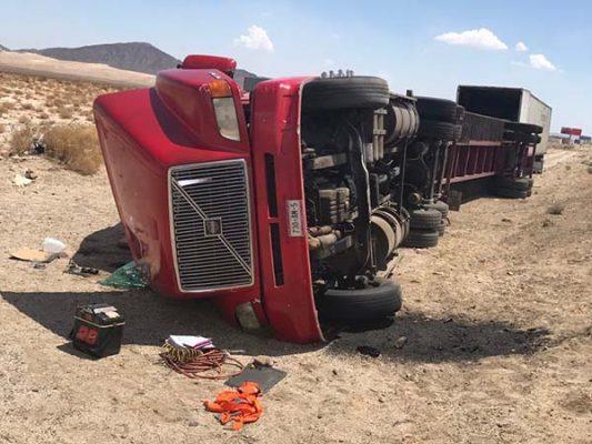 Vuelca camión que transportaba alimentos en la carretera a Tijuana