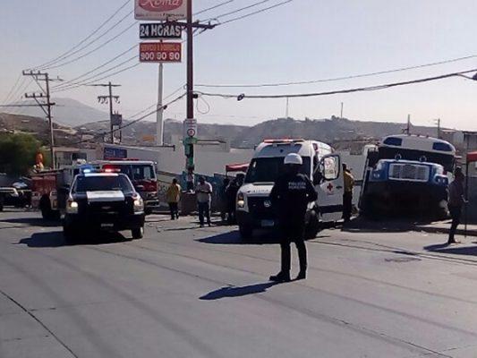 Camión arrolla módulo de empleo; hay 2 muertos