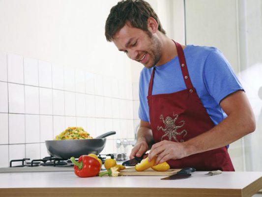Hombres disfrutarían cocinar más que las mujeres, según encuesta
