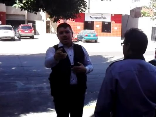 Agreden guardias a un periodista