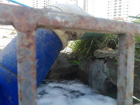 Constructoras continúan con derrame de agua