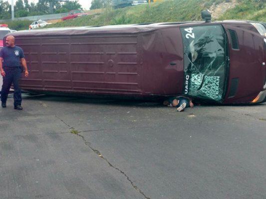 Muere mujer, al volcarse camión