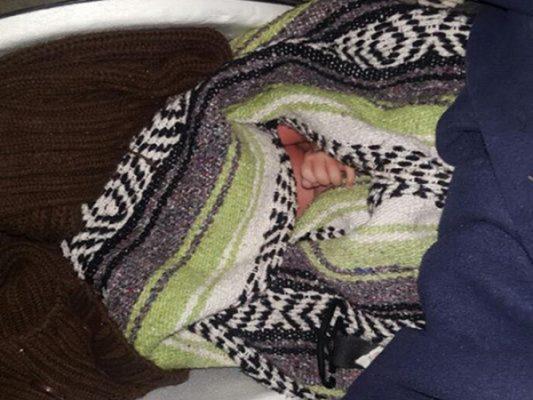 Policía Municipal de Tijuana rescata a recién nacido abandonado
