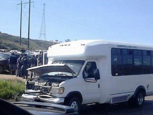 Choca microbús por no ceder paso a camioneta