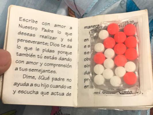 Decomisan droga oculta en un libro en el aeropuerto de Tijuana