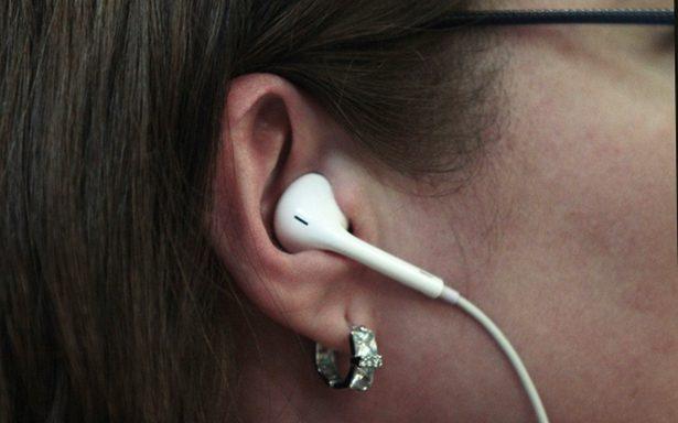 Advierten que el uso excesivo de audífonos puede causar sordera