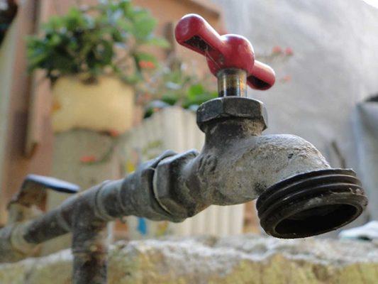 Aceptan industriales alza de 23%  al agua