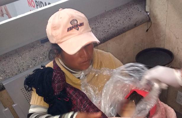 Madre intenta trasladar el cadáver de su hijo en autobús a Puebla