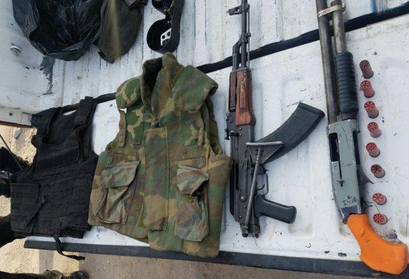 Arrestan a hombres con armas, droga y chalecos balísticos