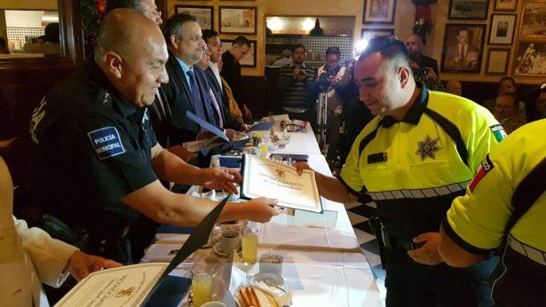 Comerciantes de ¨la Revu¨ dan reconocimientos a policías turísticos