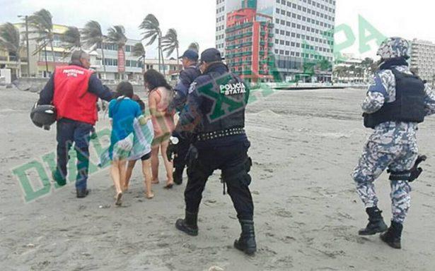 Acusan a mujer de intentar ahogar a sus hijos en una playa de Veracruz