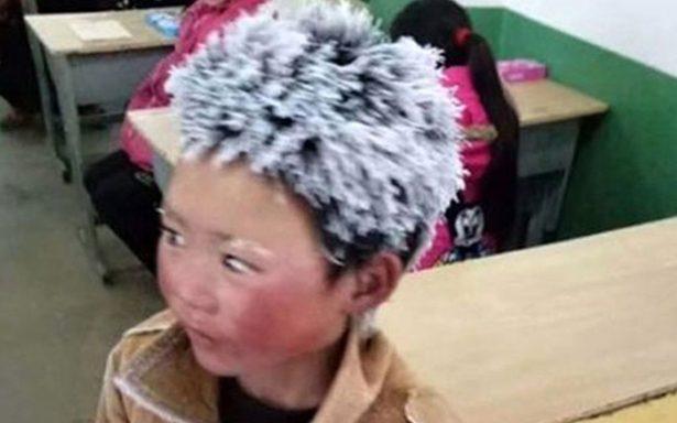 Camina hora y media para la escuela y se congela hasta el cabello