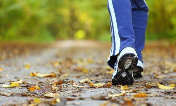 Caminar reduce colesterol y presión arterial: IMSS
