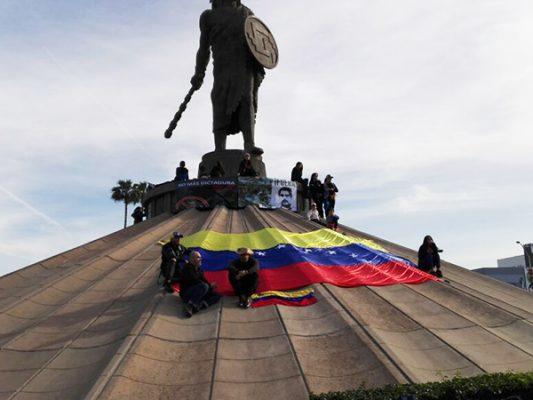 Venezolanos protestan en la glorieta Cuauhtémoc