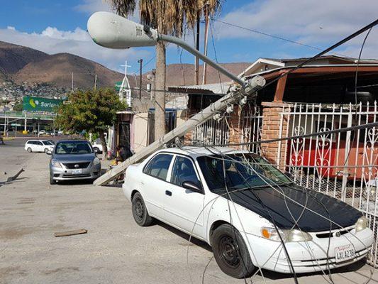 Tráiler derriba poste de luz en el Mariano [FOTOS]