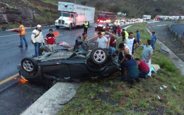Trágica volcadura deja tres muertos