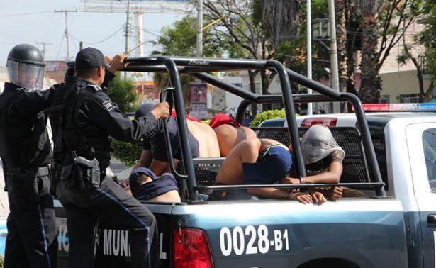 Detienen a 26 normalistas por causar desmanes y daños
