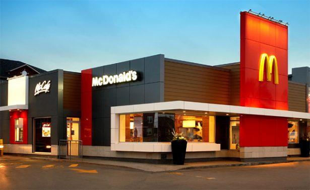 Niño maneja solo para comprar una hamburguesa en McDonald's