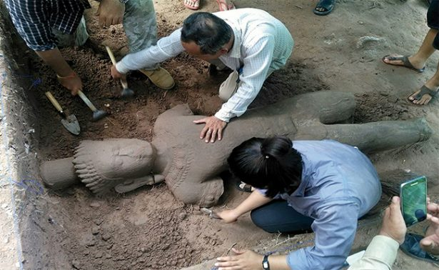 Encuentran en Camboya una estatua de Angkor, un guardián de hospital