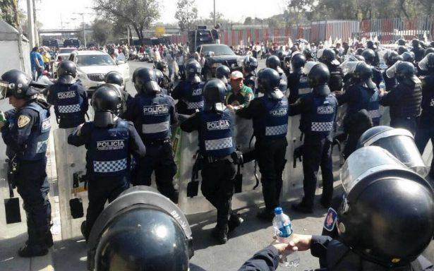 Granaderos encapsulan marcha de campesinos hacia el AICM