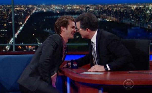 Andrew Garfield se desinhibe y besa a Stephen Colbert