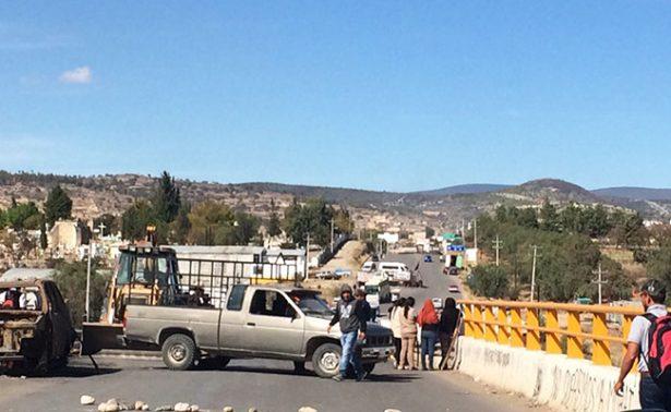 CNTE bloquea carretera en Asunción Nochixtlán