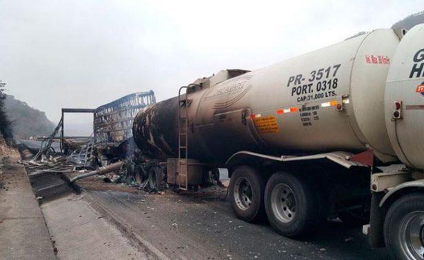 Muere calcinado chofer de trailer al impactarse en Jalisco
