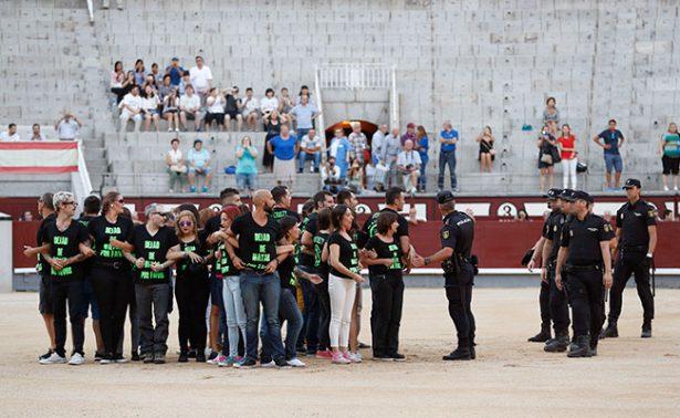 Detienen a 29 antitaurinos en España por irrumpir corrida nocturna