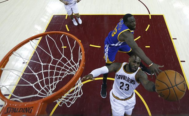 Cleveland vence a Warriors y obligan a quinto partido