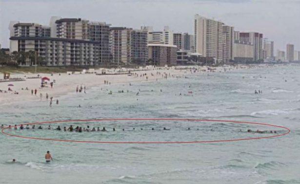 Una cadena humana salva a una familia de morir ahogada