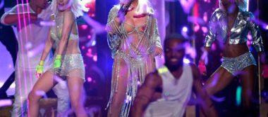 Cher cautiva con sexy atuendo en premios Billboard 2017