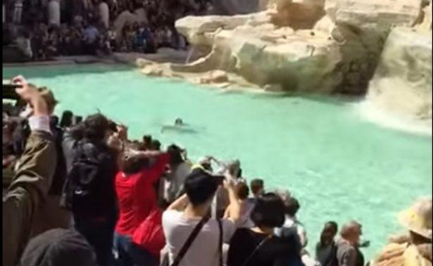 Hombre cruza a nado y desnudo la Fontana de Trevi de Roma