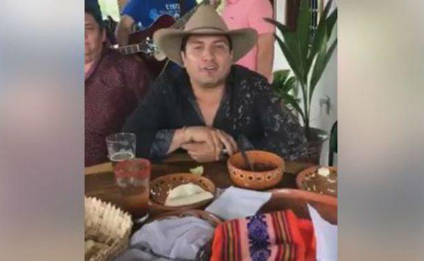 [Video] Pese acusaciones, Julión Álvarez bebe y canta rancheras