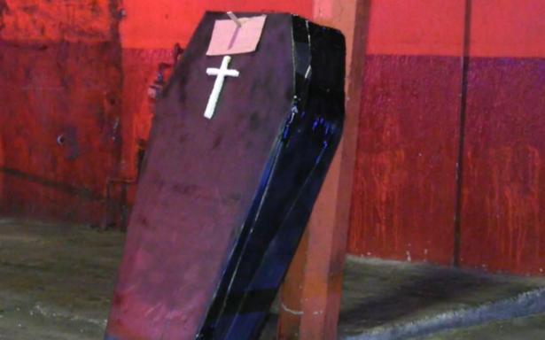 De susto. Abandonan en calles de Tlaquepaque un ataúd… de cartón