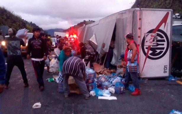 Vuelca camión con víveres para Juchitán en la Puebla-Córdoba; rapiña acaba con todo