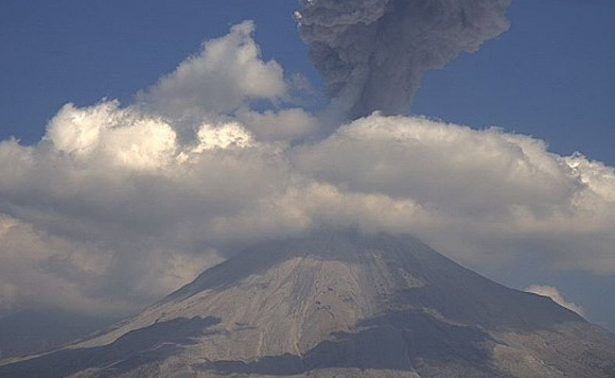 Volcán de Colima lanza exhalación de mil 800 metros de altura