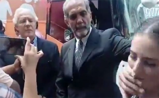 Líder del Consejo Mexicano de la Familia tapa la boca a mujer que lo cuestiona